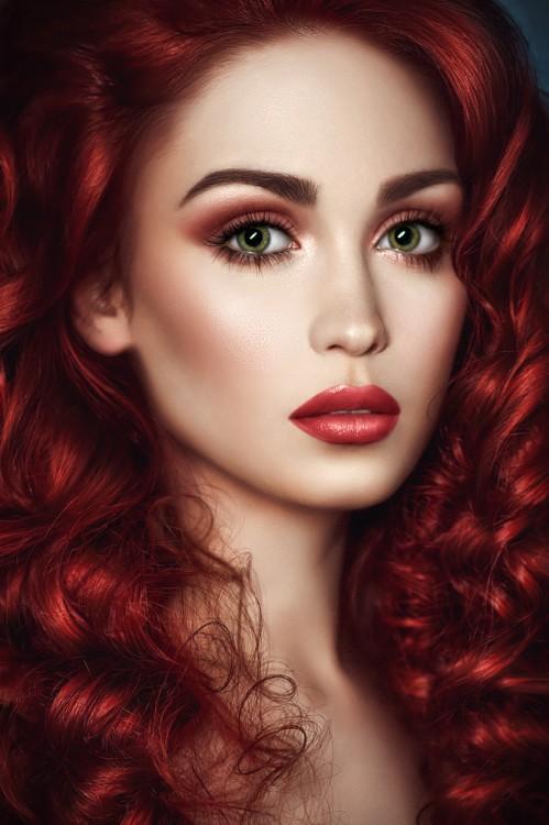 Red-hot eyeshadows. Kate Hudson and Cara Delevigne's look.