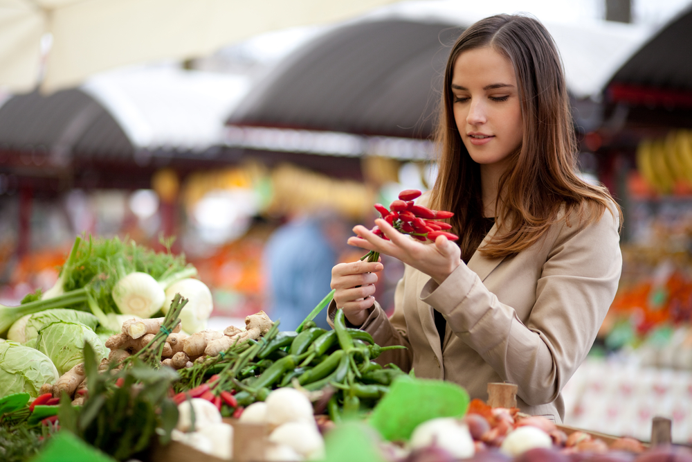 Woman shopping in a farmers market.