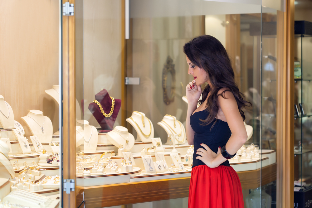 Woman tries to choose the right gold jewelry